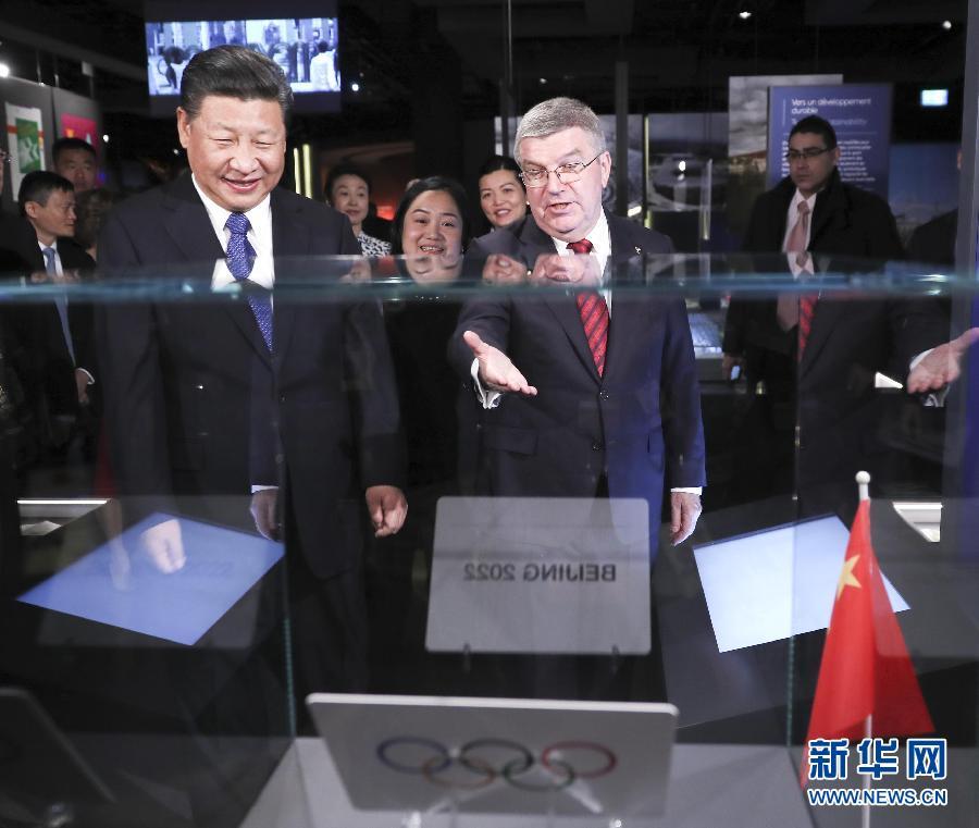 1月18日,國家主席習近平在瑞士洛桑國際奧林匹克博物館會見國際奧林匹克委員會主席巴赫。這是巴赫向習近平介紹他宣布北京獲得2022年冬季奧運會舉辦權時用的牌子。新華社記者 蘭紅光 攝