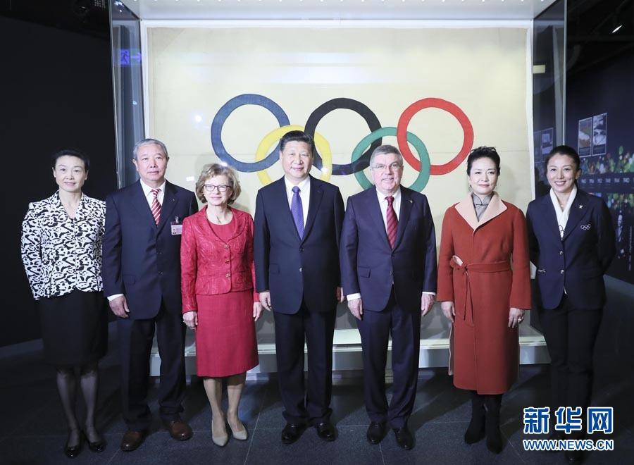 1月18日,國家主席習近平在瑞士洛桑國際奧林匹克博物館會見國際奧林匹克委員會主席巴赫。這是習近平和夫人彭麗媛與巴赫夫婦及部分國際奧委會中國委員在國際奧委會會旗前合影。新華社記者 蘭紅光 攝