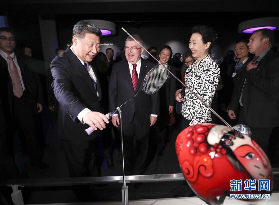 1月18日,國家主席習近平在瑞士洛桑國際奧林匹克博物館會見國際奧林匹克委員會主席巴赫。這是習近平在巴赫陪同下,參觀羽毛球世界冠軍李玲蔚用過的球拍。新華社記者 蘭紅光 攝