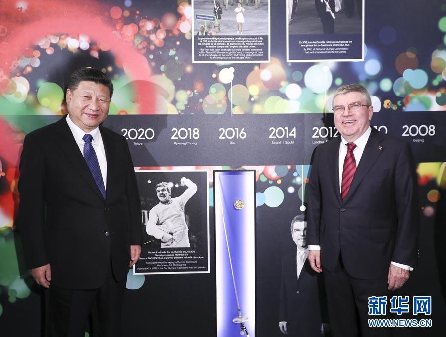 1月18日,國家主席習近平在瑞士洛桑國際奧林匹克博物館會見國際奧林匹克委員會主席巴赫。這是習近平與巴赫在巴赫作為擊劍運動員參加奧運會的照片前合影。新華社記者 蘭紅光 攝