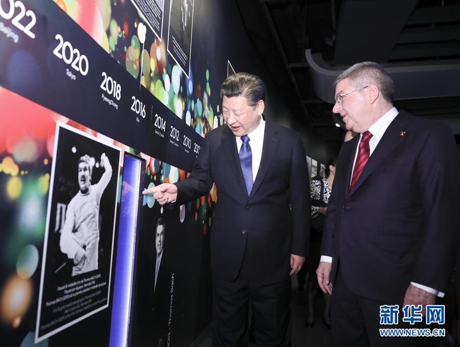 1月18日,國家主席習近平在瑞士洛桑國際奧林匹克博物館會見國際奧林匹克委員會主席巴赫。這是習近平在巴赫陪同下,參觀巴赫作為擊劍運動員參加奧運會的照片。新華社記者 蘭紅光 攝