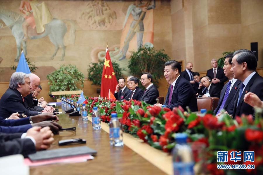 1月18日,國家主席習近平在瑞士日內瓦萬國宮會見第71屆聯合國大會主席湯姆森和聯合國秘書長古特雷斯。 新華社記者 蘭紅光 攝