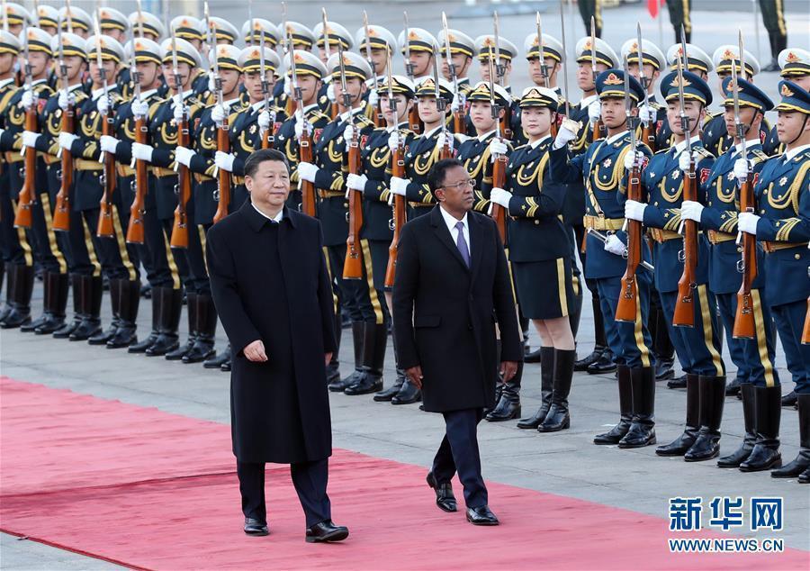 3月27日,國家主席習近平在北京人民大會堂同馬達加斯加總統埃裏舉行會談。這是會談前,習近平在人民大會堂東門外廣場為埃裏舉行歡迎儀式。新華社記者 劉衛兵 攝