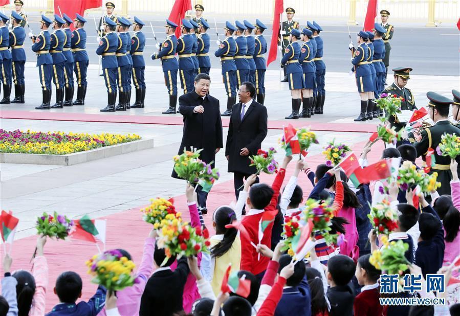 3月27日,國家主席習近平在北京人民大會堂同馬達加斯加總統埃裏舉行會談。這是會談前,習近平在人民大會堂東門外廣場為埃裏舉行歡迎儀式。新華社記者 丁林 攝