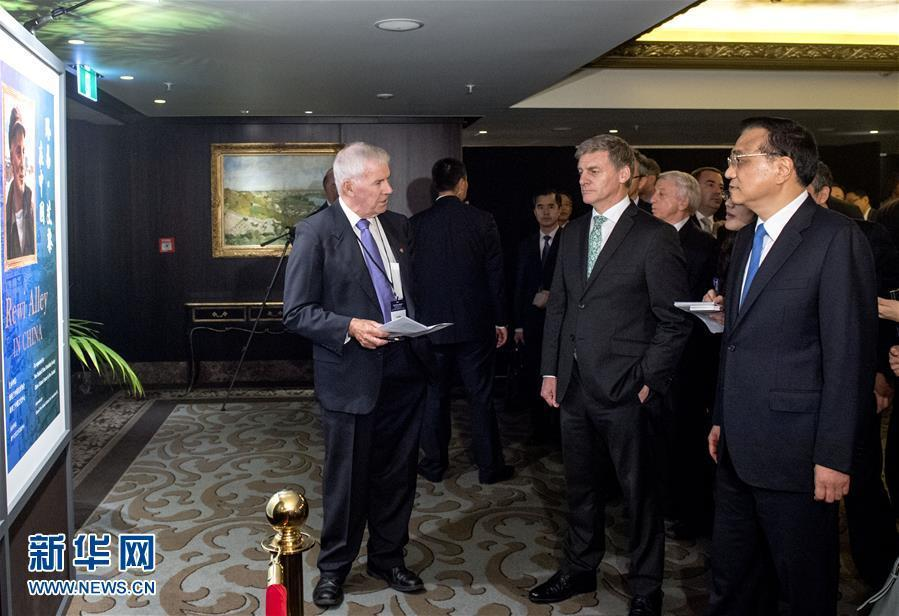 當地時間3月28日,國務院總理李克強在奧克蘭與新西蘭總理英格利希共同參觀國際友人路易·艾黎誕辰120周年紀念活動展覽。新華社記者 李學仁 攝