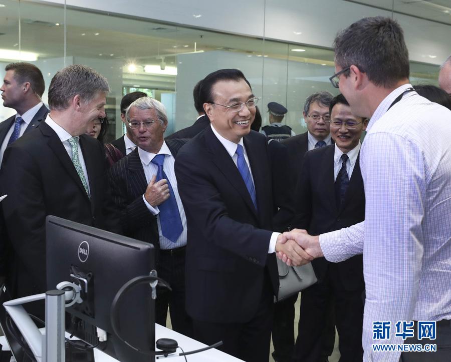 當地時間3月28日上午,國務院總理李克強與新西蘭總理英格利希共同參觀海爾—斐雪派克公司奧克蘭研發中心。 新華社記者 龐興雷 攝