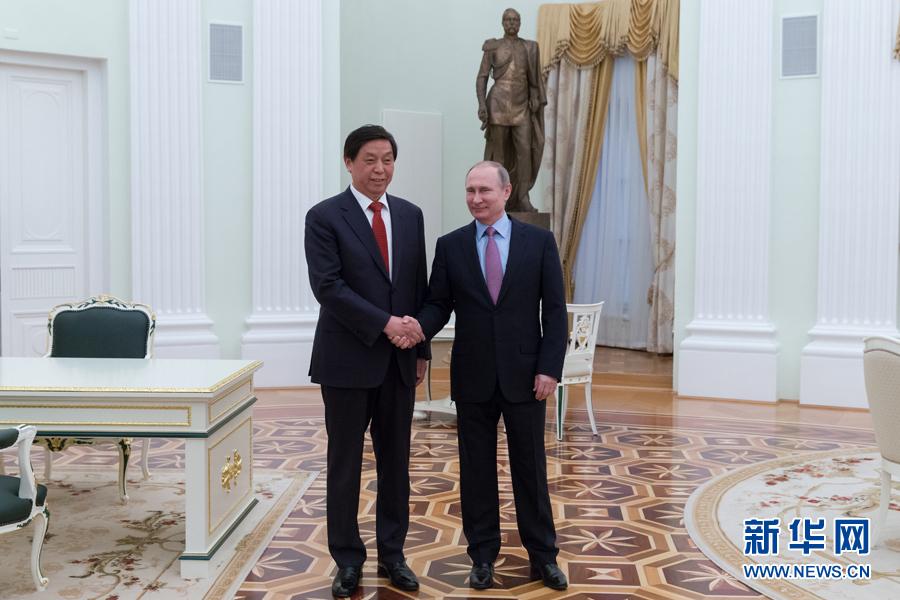 4月26日,俄羅斯總統普京(右)在莫斯科克裏姆林宮會見中共中央政治局委員、中央書記處書記、中央辦公廳主任栗戰書。 新華社記者白雪騏攝