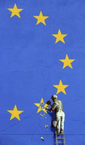 壁畫顯示,一名工人正在鑿掉歐盟旗幟上12顆星中的一顆。(圖片來源:美聯社)