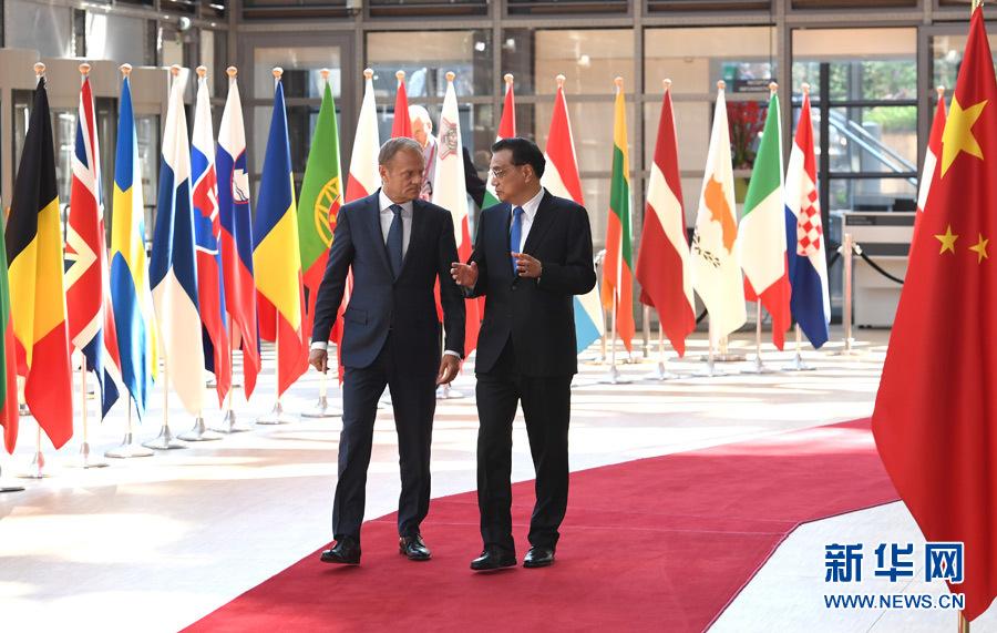 當地時間6月2日上午,國務院總理李克強在布魯塞爾歐洲理事會總部同歐洲理事會主席圖斯克、歐盟委員會主席容克共同主持第十九次中國-歐盟領導人會晤。這是李克強與圖斯克一同步入會場。新華社記者 饒愛民 攝
