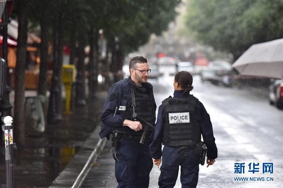 (國際)(1)法國巴黎聖母院前廣場一男子襲警