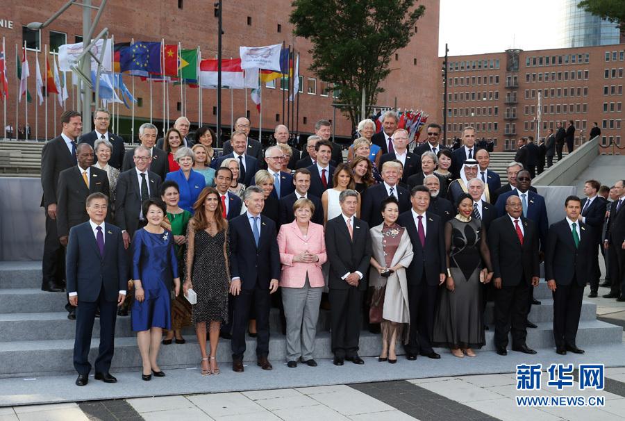 7月7日,二十國集團領導人第十二次峰會在德國漢堡舉行。國家主席習近平出席並發表題為《堅持開放包容 推動聯動增長》的重要講話。這是與會領導人及配偶集體合影。新華社記者 姚大偉 攝