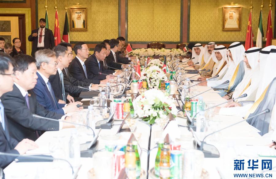 8月22日,應邀訪問科威特的中共中央政治局常委、國務院副總理張高麗在科威特城會見科威特第一副首相兼外交大臣薩巴赫。 新華社記者 高潔 攝