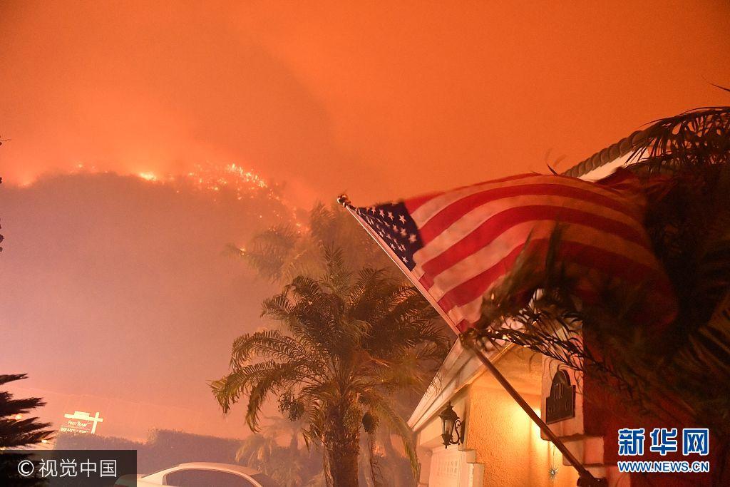 當地時間2017年9月26日,美國加州科羅娜,當地發生森林火災,大約300戶居民被撤離,大約兩百名消防員在現場進行救火,當地政府還出動了滅火飛機參與滅火。***_***Pictured: GV, General View Ref: SPL1589196  250917   Picture by: Stuart Palley / ZUMA Press / Splash News