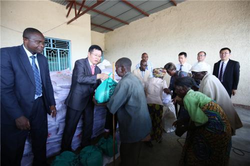 中国驻布隆迪大使馆向布琼布拉农业省卡通巴县分发紧急人道主义粮食援助