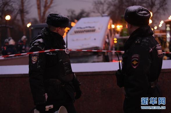 (国际)(7)莫斯科一公交车冲入地下通道致5人死亡