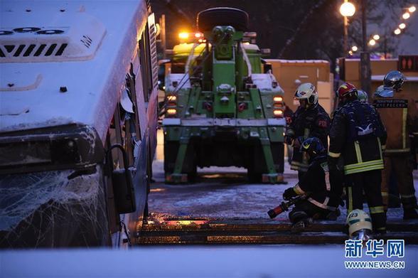 (国际)(9)莫斯科一公交车冲入地下通道致5人死亡