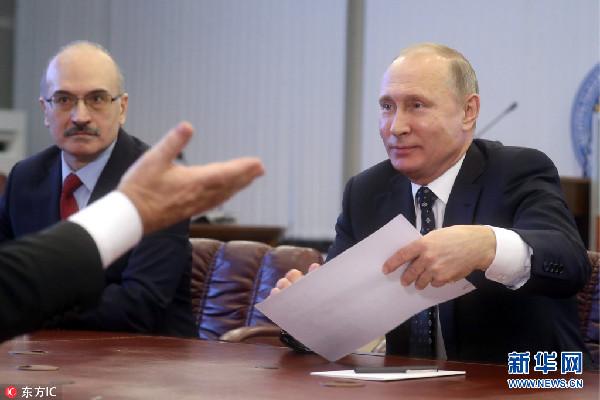 普京向俄中央选举委员会递交参加总统选举文件