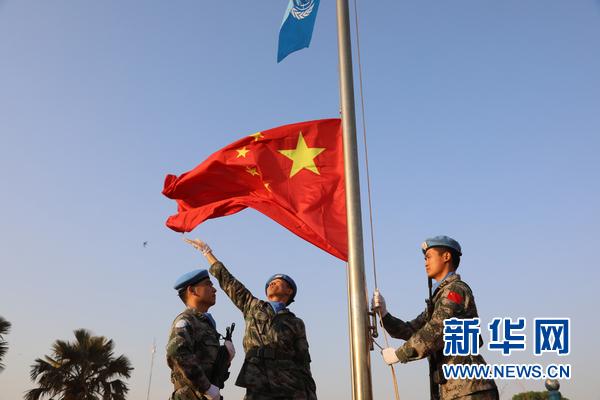 敬礼!战地国旗别样红 蓝盔战士海外升旗庆新年