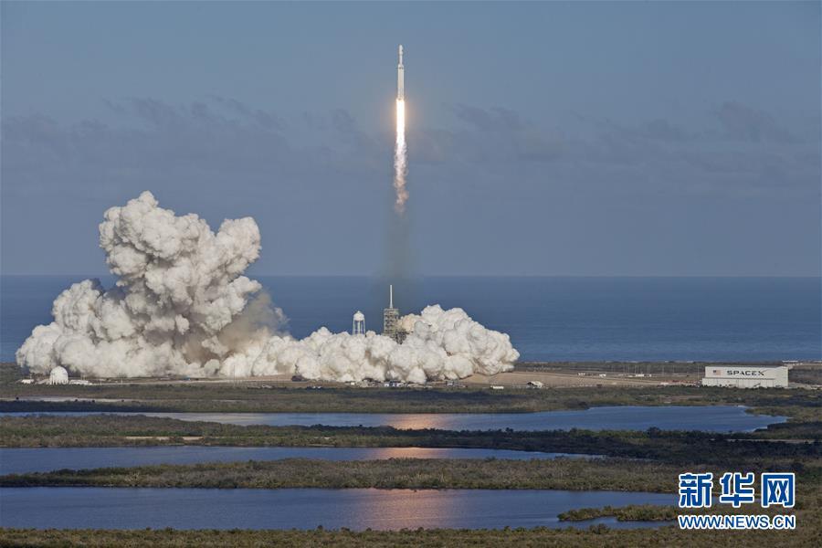 """(国际)(3)""""猎鹰重型""""运载火箭带特斯拉跑车飞向火星"""