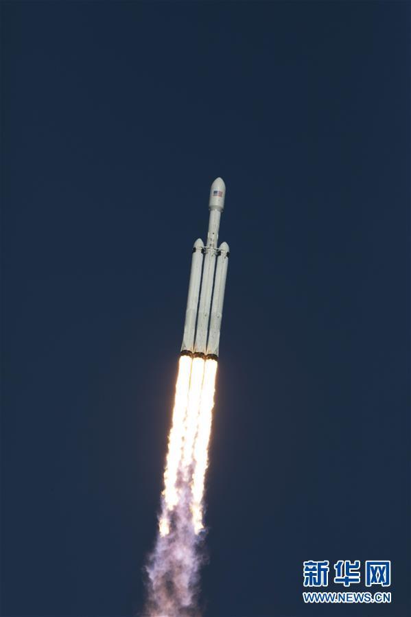 """(国际)(1)""""猎鹰重型""""运载火箭带特斯拉跑车飞向火星"""