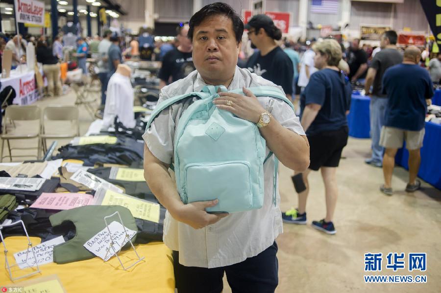 美国佛州枪支展:防弹书包热卖 价格达500美元