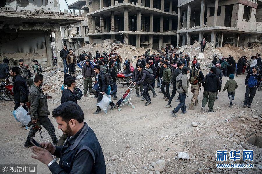 叙利亚反对派武装人员和平民持续...
