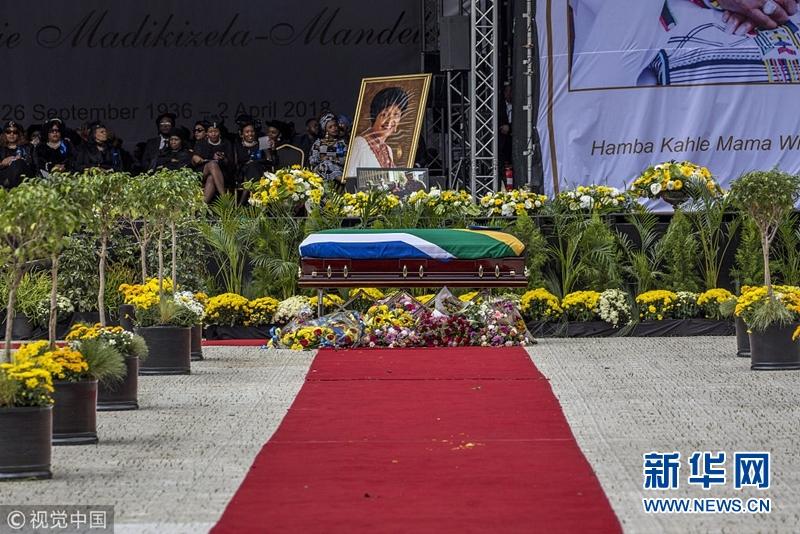 """南非为""""国母""""温妮・曼德拉举行国葬"""