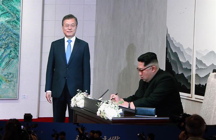 """金正恩在板门店韩方一侧的""""和平之家""""留言簿上题词"""