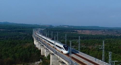 眼下中国正跟日本联合研制一种时速高达500公里的机器人列车