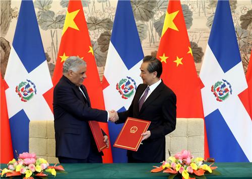 中国与多米尼加共和国建立大使级外交关系