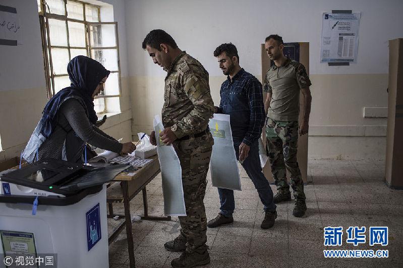 伊拉克安全人员提前参加议会选举投票