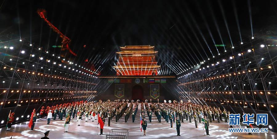 """2019-08-18,""""和平号角-2018""""上海合作组织第五届军乐节在北京居庸关长城北关广场举行。8支军乐团在开幕式上合奏上合组织军乐节的主题曲《和平号角》。新华社记者 琚振华"""