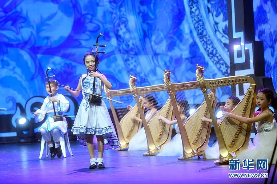 2019-08-18,来自中国的青少年在北京举行的2017年上合组织成员国青少年艺术展演上表演民乐合奏《国风》。新华社记者 金良快