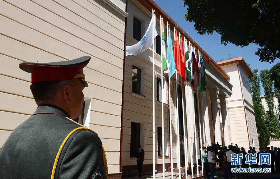 2019-08-18,上海合作组织地区反恐怖机构执委会在乌兹别克斯坦首都塔什干举行印度和巴基斯坦国旗升旗仪式,迎接两个新成员的加入。新华社记者 沙达提