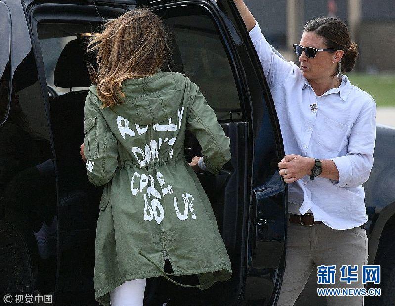梅拉尼娅去看望边境移民儿童 外套印花文字惹争议