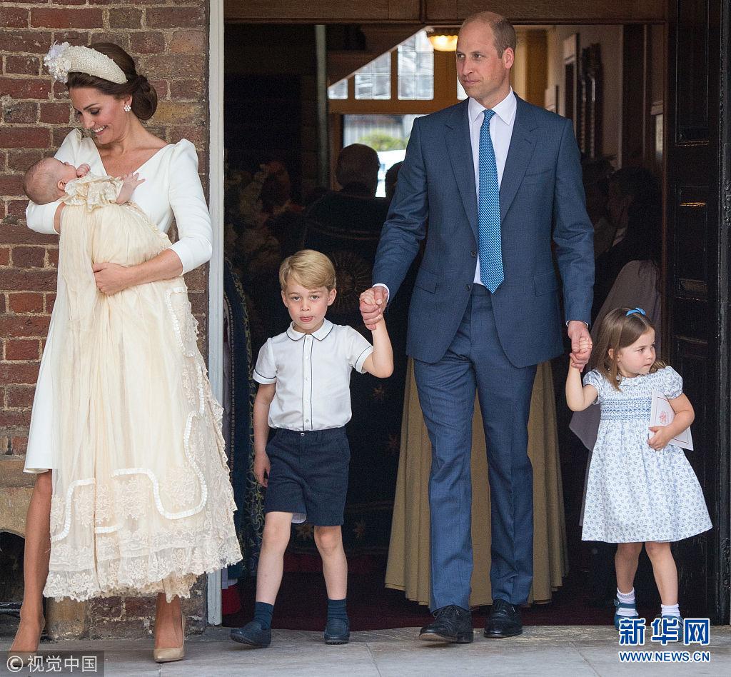 英国皇室家庭参加小王子洗礼仪式