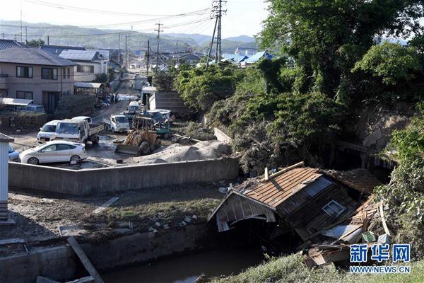 7月10日,在日本冈山县仓敷市真�漕�一家超市前,工作人员在整理浸过水的货物。新华社记者 马平