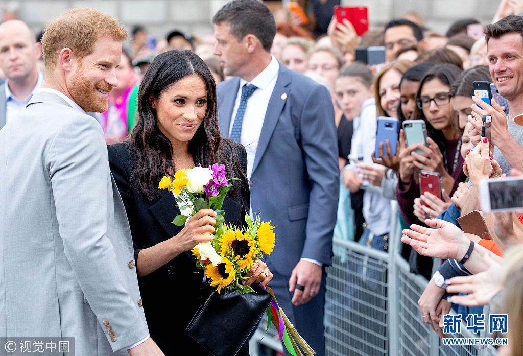 哈里王子与梅根王妃亮相都柏林街头接受民众欢迎(图)