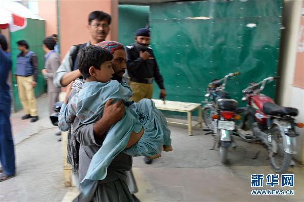 巴基斯坦西南部集会现场自杀式袭击死亡人数升至70人