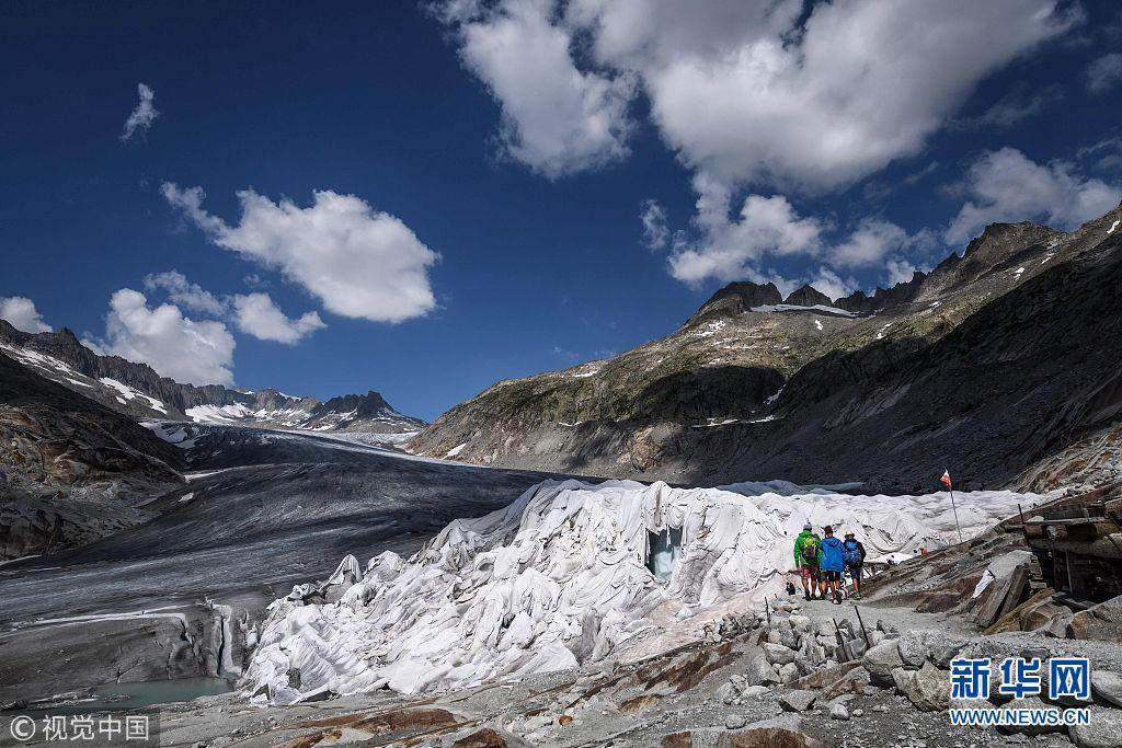 """热浪席卷北欧 瑞士最古老冰川被盖""""毯子""""防止融化"""