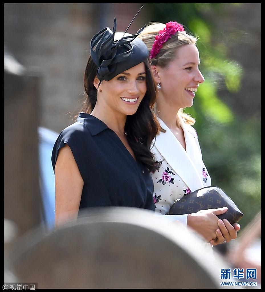 梅根陪哈里王子出席婚礼 戴复古小圆帽笑容温柔