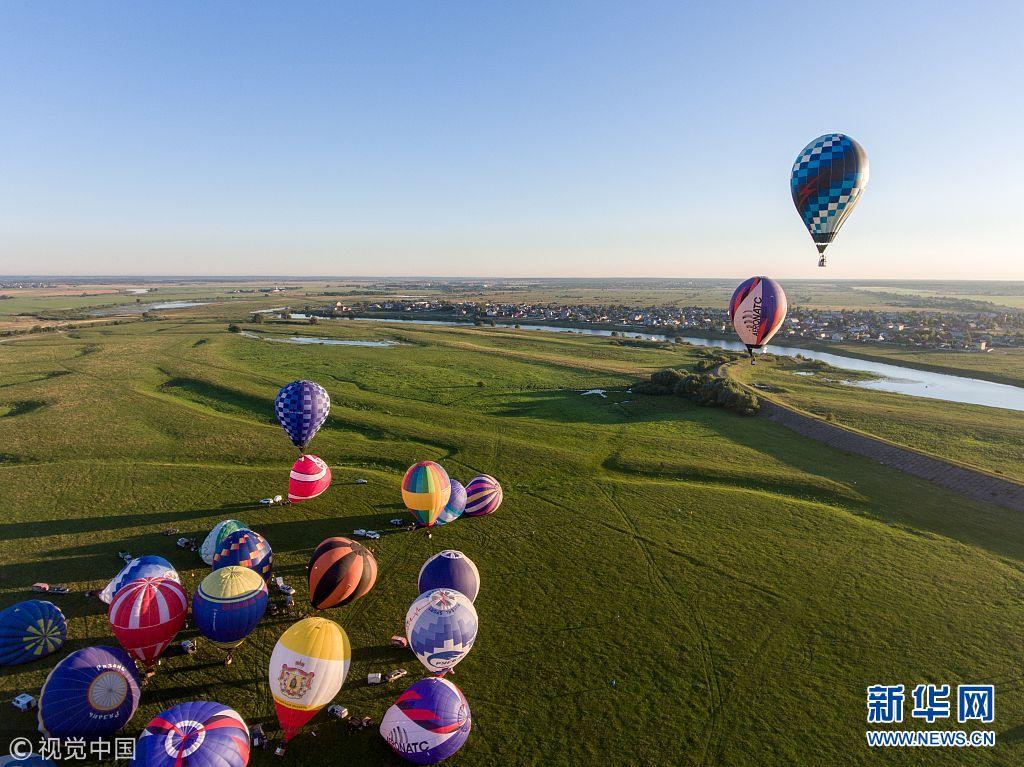 俄罗斯举行热气球节 各式气球扮靓天空(组图)