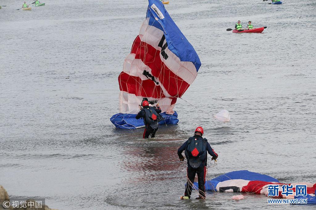 英国皇家空军表演队炫技发生失误 两名跳伞队员降落海上