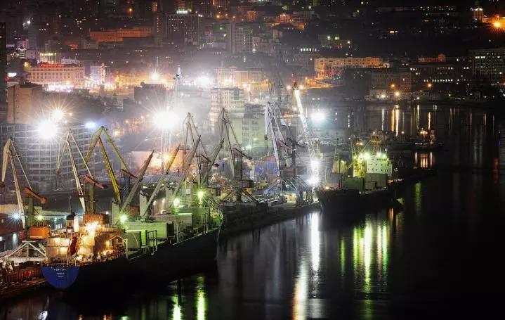 夜晚的符拉迪沃斯托克商港(新华社记者吴刚摄)