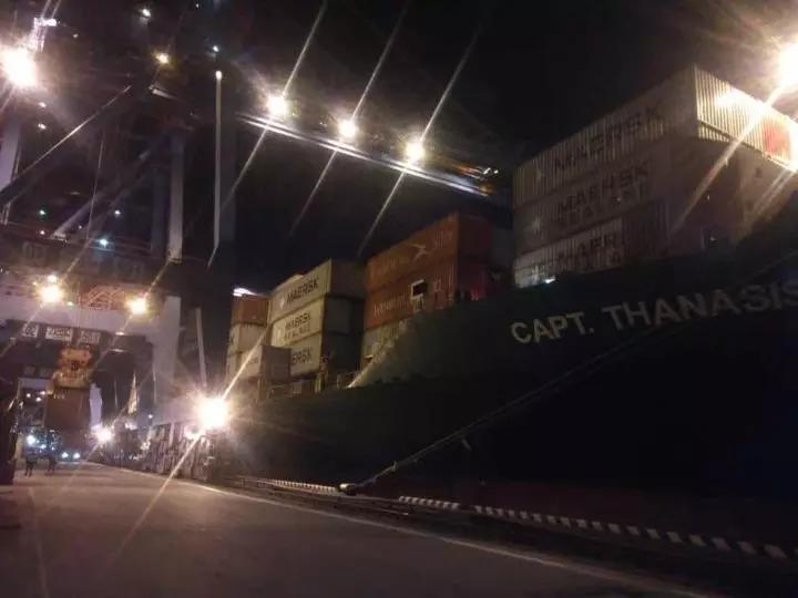 从俄罗斯远东运往中国的大豆正在装船(中粮远东有限公司供图)