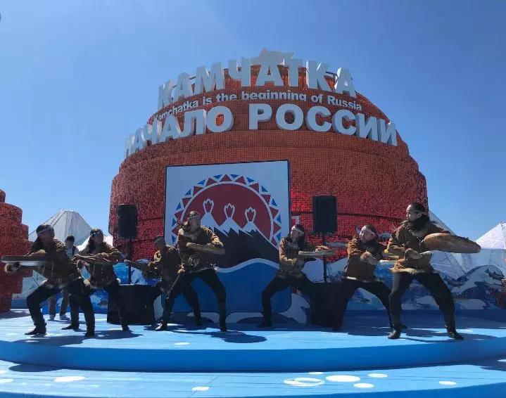 远东风采街上的民族舞蹈表演(新华社记者骆�B摄)