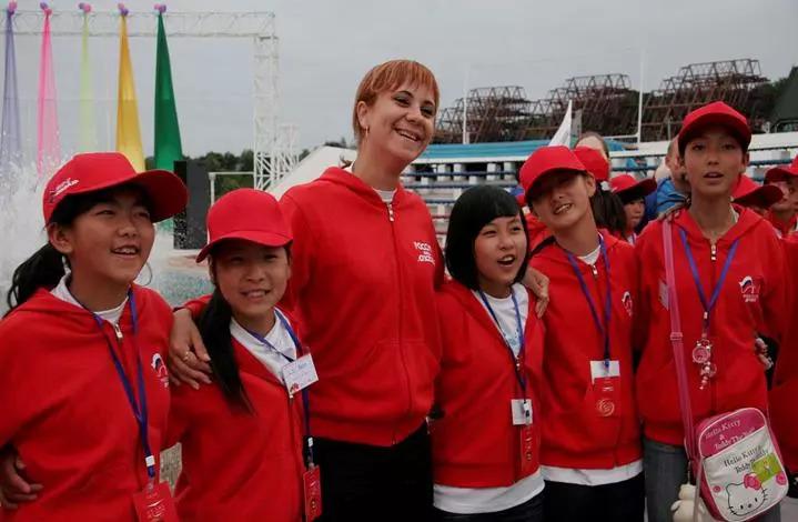 10年前,四川等地震灾区孩子们和俄罗斯老师在一起。