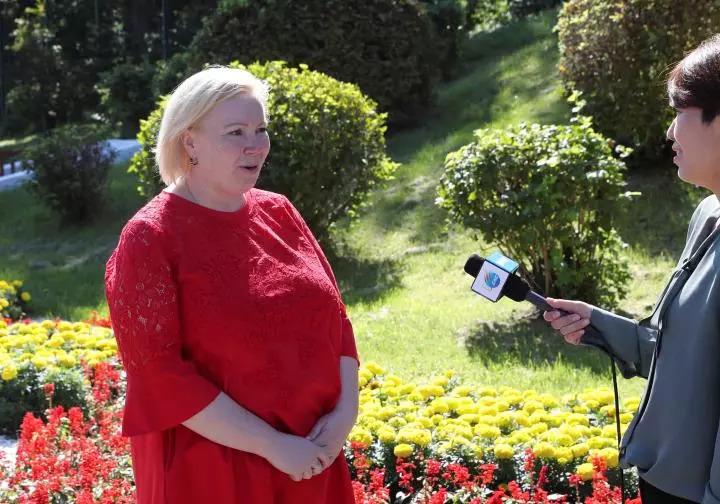 娜塔莉亚・谢米纽塔接受新华社记者采访(新华社记者庞兴雷摄)