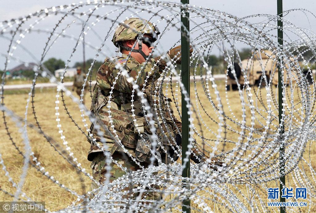 美国士兵部署美墨边境点 铺设铁丝网应对中美洲移民压境