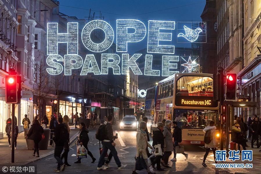 英国布莱顿点亮圣诞彩灯 缤纷灯光温暖圣诞季